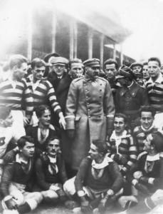 400px-1924.11.16_Piłsudski_z_piłkarzami_Wisły_i_Pogoni